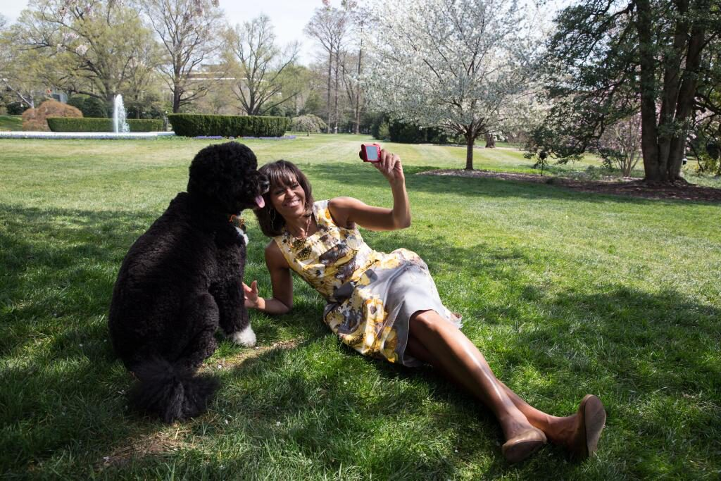 Michelle-Obama-and-Bo-Taking-a-Selfie
